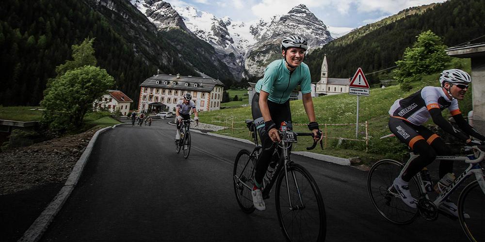 wielrenster in idyllisch dorpje in Italië