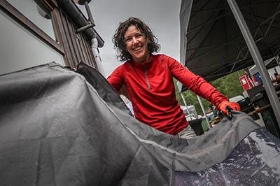 afbeelding van een begeleider die een tent aan het opzetten is